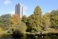 Blick über den Wallgraben in den Wallanlagen beim Botanischen Garten in der Hamburger Grünanlage Planten un Blomen - Hotel am Dammtor Radissonblu.