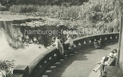 Aussichtsplatzform am Wallgraben / Stephansplatz -  Frauen sitzen auf einer Bank, andere stehen am Wasser.