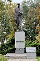 Bronzeskulptur von Tomáš Garrigue Masaryk, Gymnasium Kolin -  tschechischer Philosoph, Schriftsteller und Politiker sowie Mitbegründer und erster Staatspräsident der Tschechoslowakei (1918–1935).