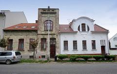 Alt und Neu, restauriertes Jugendstil-Wohnhaus / Einzelhaus und Wohngebäude mit abblätterndem Jugendstilputz. Architekturfotos aus Kolin, Tschechische Republik.