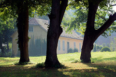 Blick zu Gebäuden / Wirtschaftsgebäude der Orangerie beim Rheinsberger Schloss.