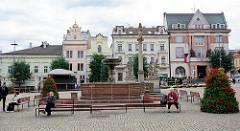 Historisches Stadtzentrum, Marktplatz von Kolin an der Elbe - Sitzbänke am Brunnen, Pestsäule mit Jungrau Maria / 1682.f