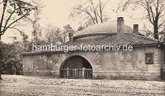 """Begräbniskapelle St. Petri beim den Begräbnisstätten ausserhalb der Hamburger Wallanlagen. Der Friedhof St. Petri wurde 1795 """"but'n dammtor"""" angelegt als die Grüfte in der Kirche St. Petri u. der Kirchhof belegt waren. Dieser Begräbnisplatz war fas"""