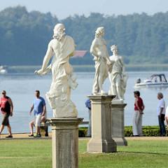 Skulpturen im Schlossgarten, Schloss Rheinsberg - Touristen und Sportboot auf dem Grienericksee.