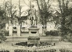 Bronzefigur vom Kronprinzen und späteren preussischen König Friedrich II am Rheinsberger Schlossplatz; Bildhauer Gottlieb Elster, 1903.
