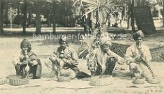 Alte Darstellung der indischen Völkerschau von Gustav Hagenbeck - Inder, Schlangenbeschwörer mit Turban - Kobras im Korb, Flöte aus getrocknetem Flaschenkürbis.