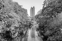 Blick über den alten Hamburger Wallgraben in den Wallanlagen - Bäume stehen dicht am Ufer der ehem. Befestiungsanlage - Hotelgebäude am Dammtor.