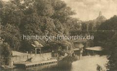 Pavillon am Wasser vom Stadtgraben in den Wallanlagen - im Hintergrund das Gebäude vom Museum für Hamburgische Geschichte.