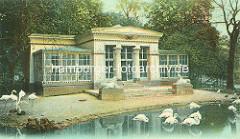 Colorierte Ansicht vom Stelzvogelhaus im Tiergarten beim Dammtor - Flamingos stehen im Teich vor der klassizistischen Architektur des Vogelhauses.