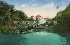 Brücke über den Stadtgraben in den Hamburger Wallanlagen - Gebäude der Oberzolldirektion.