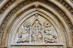 Tympanon, religiöse Schmuckfläche im Portal am St. Bartholomäus Dom zu Kolin, Tschechien.