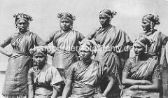 Altes Foto - historische Darstellung der indischen Völkerschau von Gustav Hagenbeck - Indische Frauen im Sari, geschmückte Frisur - Nasenring.