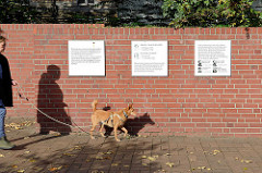 Gedenktafeln: eine allgemeine für die etwa 500 an diesem Ort hingerichteten Menschen während der NS-Zeit. In der Untersuchungshaftanstalt Hamburg wurde 1938 die Zentrale Hinrichtungsstätte für den norddeutschen Raum eingerichtet. Die zweite Tafel eri