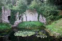 Feldsteingrotte - erbaut aus Findlingen, Teich mit Seerosen - Schlosspark Rheinsberg.