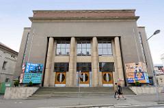 Kulturgebäude / Galerie mit Säulen im Eingangsbereicht - Foto aus Kolin, Tschechien.