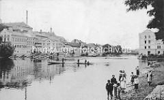 Historisches Foto von Kolin - Blick über die Elbe; Industrie dicht am Ufer vom Fluss - Ruderboote, Menschen am Wasser.