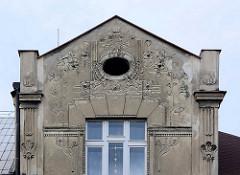 Hausgiebel, Wohnhaus mit Jugendstildekor in Kolin / restaurierungsbedürftig - floraler Stuck / Relief.