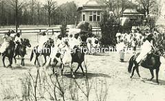 Historische Völkerschau in Hagenbecks Tierpark - Beduinen auf Pferden.