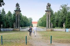 Gartenportal zum Lustgarten beim Rheinsberger Schloss - Hauptachse vom Schlossgarten, Säulen mit Dekor.