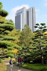 Japanischer Garten in Planten un Blomen in der Hamburger Innenstadt; Radissonblu - Hotel.