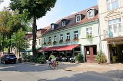 Wohnhäuser - Restaurant mit Markise; Architektur in Rheinsberg.