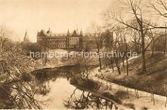 Blick über den Stadtgraben in den Hamburger Wallanlagen zum Strafjustizgebäude am Sievekingplatz.