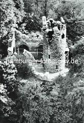Luftaufnahme vom Eulenturm im Hamburger Zoologischen Garten - Aussichtsanlage als Turmruine.