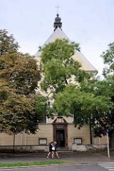 Kirche in Kolin, Fussgängerinnen.