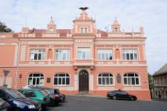Restauriertes SOKOL Gebäude in Kolin - Falke auf dem Giebel.