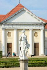 Kavaliershaus am Rheinsberger Schloss - Skulptur im Schlossgarten.