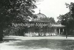 Hamburger Tiergarten am Dammtor ca. 1902 - kleine Mädchen mit Strohhüten stehen am Affenhaus.