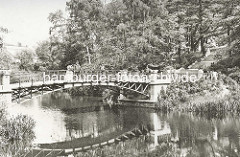 Brücke in den Hamburger Wallanlagen, Parkbesucher.