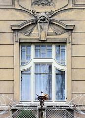 Jugendstilfenster mit Stuckdekoration - Eisenzaun mit Jugendstilformen; Architekturfotografien aus Kolin, Tschechien.