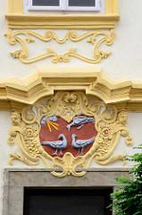 Restaurierte Hausfassade - Barockdekor / Wappen mit Jahreszahl 1740.