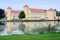 Blick über den Grienericksee zum Rheinsberger Schloss.