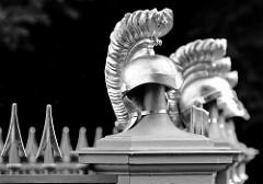 Detail -  Obelisk beim Schlosspark Rheinsberg - Bildhauer Boumann d. J.; angelegt 1790 - Gedenkstein für Offiziere des Siebenjährigen Kriegs. Zaunspitzen und Soldatenhelme