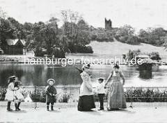 Historische Aufnahme vom Hamburger Tiergarten - Mütter mit Kindern am grossen Teich - im Hintergrund der Eulenturm.