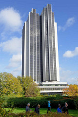 Blick von den Hamburger Grünanlage Planten un Blomen zum Hochhaus Hotel Radissonblu am Dammtor, Architekten Jost Schramm und Gert Pempelfort - fertig gestellt 1973; seit 2010 steht das Gebäude unter Denkmalschutz.