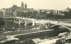 Historisches Foto - Panorama von Kolin mit Brücke über die Elbe; Dom St. Bartholomäus, Wohnhäuser - im Vordergrund die Einfahrt zur Schleuse für die Berufsschifffahrt.