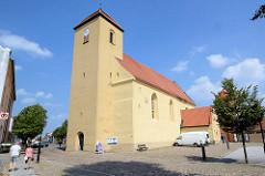 Evangelische Kirche St. Laurentius, Rheinsberg - Ursprungsbau aus dem 13. Jahrhundert. Die Fassade der Feldsteinkirche wurde Ende des 19. Jhd. verputzt.