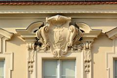 Stuckdekor mit Monogramm CF am Fenstersturz - Schloss Rheinsberg.