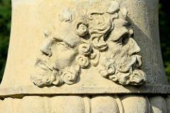 Maskaron, Halbplastik - männliche Gesichter mit Bart - Säulendekoration, Schlossgarten Rheinsberg.