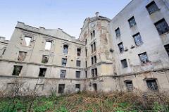 Industrieruine - verlassenes, zerstörtes Farbrikgebäude am Ufer der Elbe in Kolin / Tschechien.