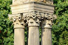 Griechische, korinthische Säulen - Kapitell; Eingang Schlosspark - Schloss Rheinsberg.