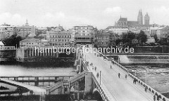 Historische Ansicht von Kolin an der Elbe - Brücke über den Fluss, Panorama der Stadt mit St. Bartholomäus Dom.