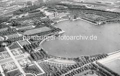 Historische Luftaufnahme vom Stadtparksee im Hamburger Stadtpark - lks. der Rosengarten und das Parkcafé, in der Bildmitte oben die Stadthalle; Boote auf dem See.