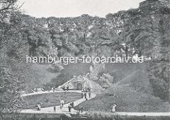 Historisches Foto von den Hamburger Wallanlagen am Ring (jetzt Gorch-Fock-Wall); Treppenanlage mit Grotte - Ruderboot auf dem Wallgraben.