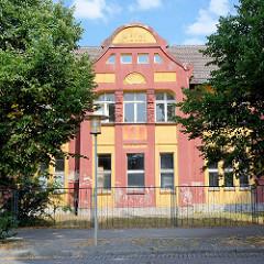 Leerstehendes Hotelgebäude - Jugendstilarchitektur; Inschrift Hotel - Architektur in Rheinsberg.