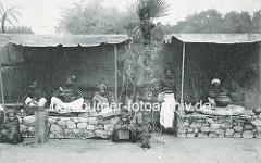 Historisches Motiv einer indischen Völkerschau von Gustav Hagenbeck - Vorführung von Handwerk, Töpferei.