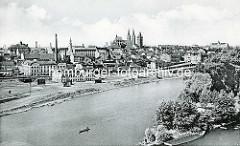 Historisches Panorama der tschechischen Stadt Kolin an der Elbe - Industriegebäude am Ufer, im Bildzentrum der Dom St. Bartholomäus, re. das Schloss.